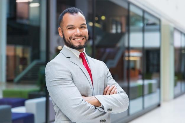 Веселый бизнесмен улыбается Бесплатные Фотографии