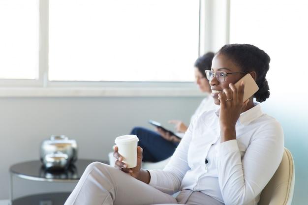 Веселый офисный работник разговаривает по мобильному Бесплатные Фотографии