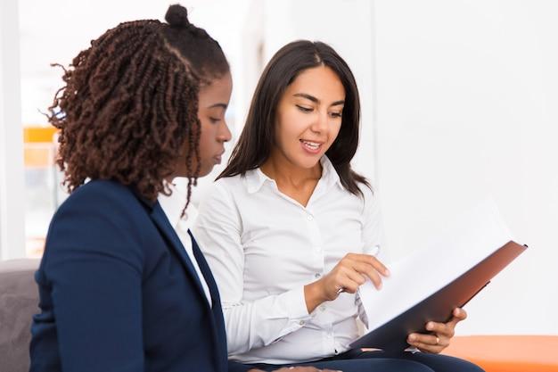 特定のドキュメントを説明する自信を持って女性の法律コンサルタント 無料写真