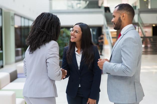 女性の多様なビジネスパートナーが手を振って 無料写真