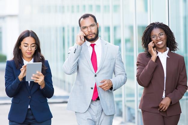 Веселые офисные работники гуляют с цифровыми устройствами Бесплатные Фотографии