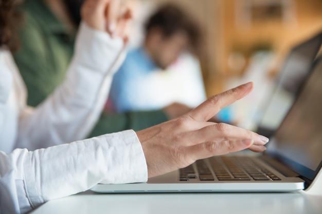 キーボードで入力する女性の手のクローズアップ 無料写真