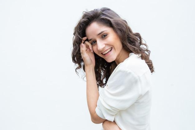 顔の皮膚に触れる幸せなうれしそうな美しい女性 無料写真