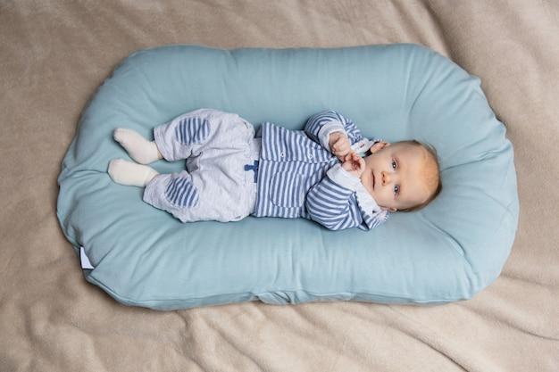Спокойный обожаемый малыш лежал на матрасе Бесплатные Фотографии