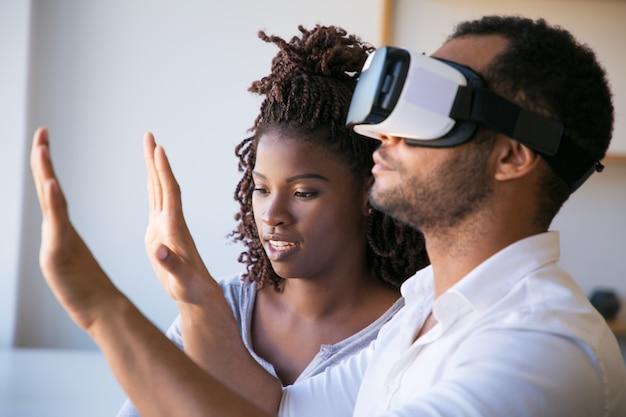 仮想現実のヘッドセットをテストする男のクローズアップショット 無料写真
