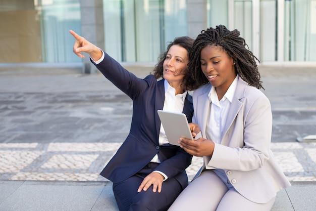 Улыбаясь предпринимателей с помощью планшетного пк Бесплатные Фотографии