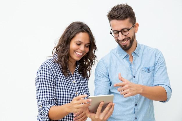 Улыбаясь пара с помощью планшетного пк Бесплатные Фотографии