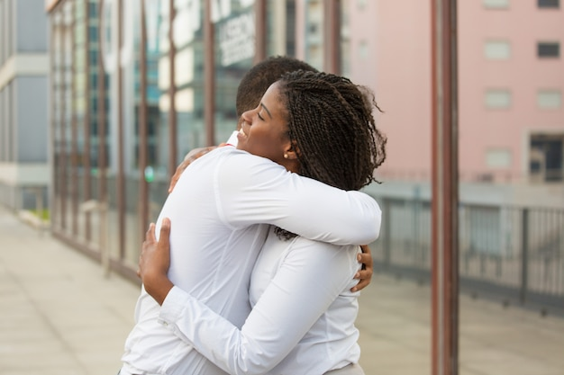 Разнообразные близкие друзья обнимаются снаружи Бесплатные Фотографии