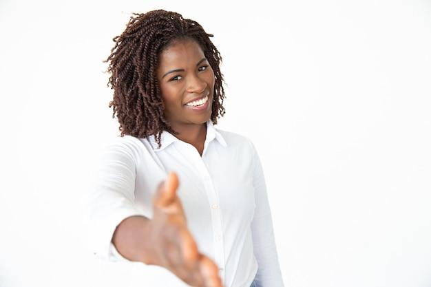 Счастливая коммерсантка достигая руку для рукопожатия Бесплатные Фотографии