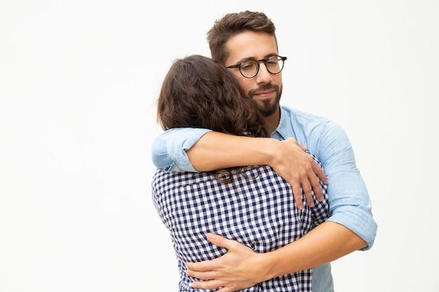 Счастливая молодая пара в любви обниматься Бесплатные Фотографии