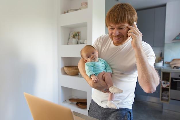女の赤ちゃんを保持している肯定的な新しい父 無料写真