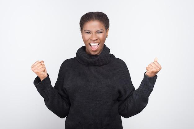 Красивая афро-американских женщина с поднятыми кулаками Бесплатные Фотографии