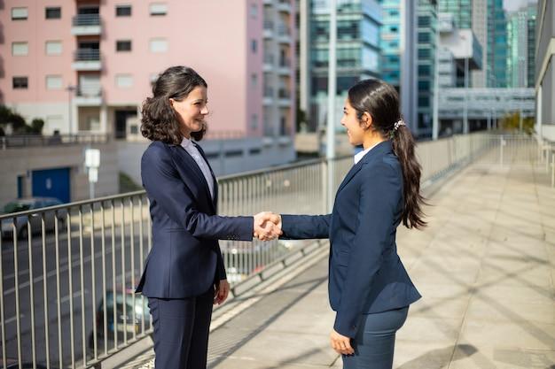 コンテンツビジネスウーマン握手 無料写真