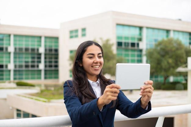 Содержимая молодая женщина используя пк таблетки Бесплатные Фотографии
