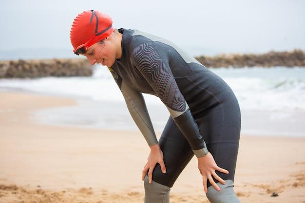 ビーチを見下ろしている女子水泳選手 無料写真