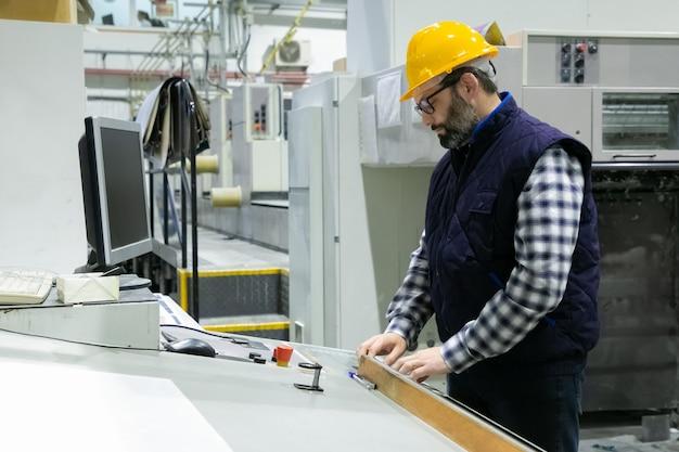 Серьезный инженер в очках операционной машины Бесплатные Фотографии