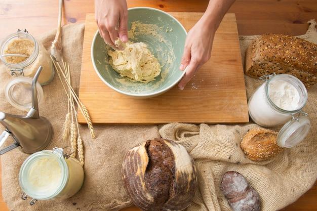 手作りのペストリーとパンの生地を練る手 無料写真