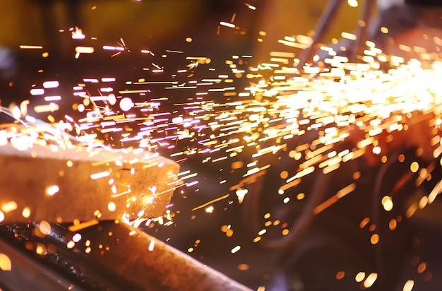 溶接またはアングルグラインダーからの火花 Premium写真
