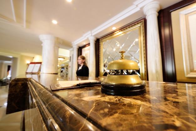 豪華なインテリアと女の子の背景にホテルベルのクローズアップ Premium写真