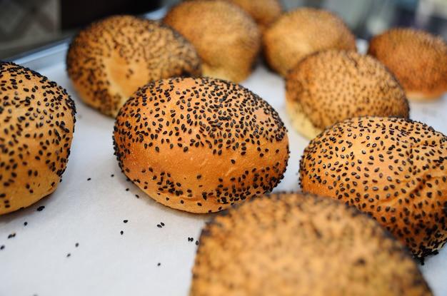 黒ゴマ種子のクローズアップと新鮮な丸いパンバーガー Premium写真
