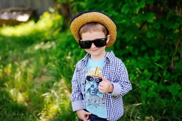 帽子とサングラスの男の子 Premium写真