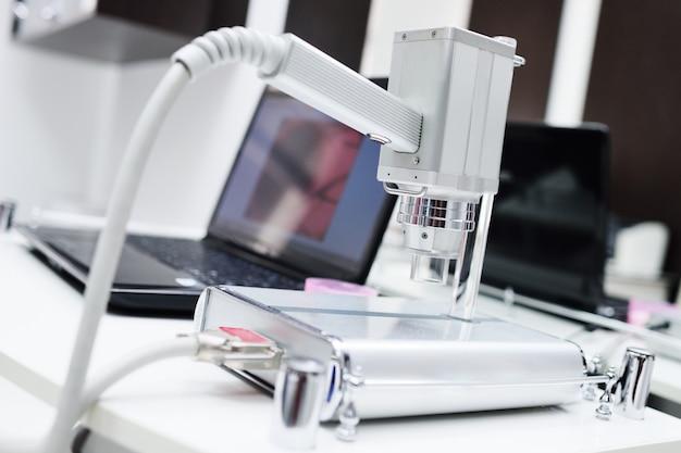 皮膚鏡検査-皮膚鏡の助けを借りた皮膚の新生物の検査。 Premium写真