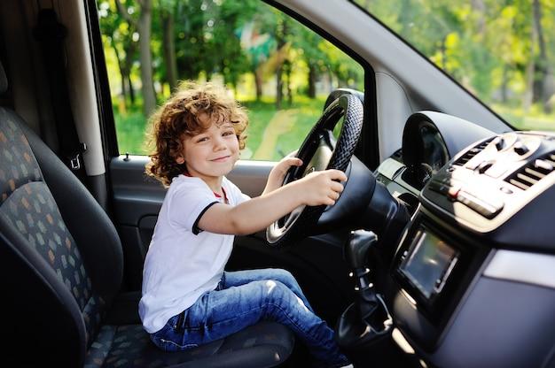 男の赤ちゃんが車を運転 Premium写真