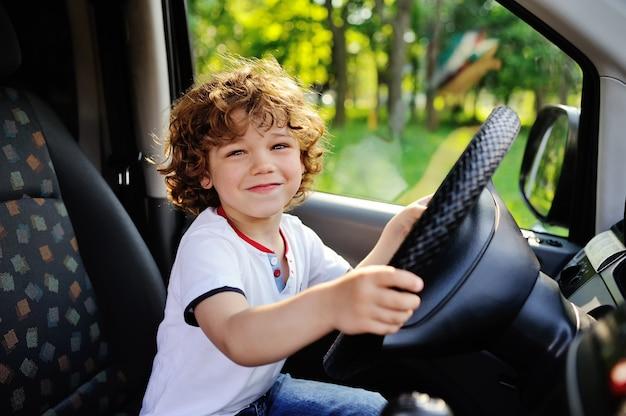 Мальчик за рулем автомобиля Premium Фотографии