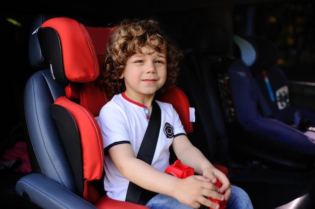 車の座席に座っている男の子 Premium写真