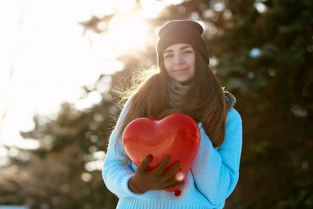 バレンタインの日の手でハート形の風船で美しい少女 Premium写真