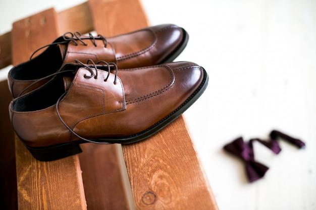 Обувь сложена в композиции на черном столе Premium Фотографии