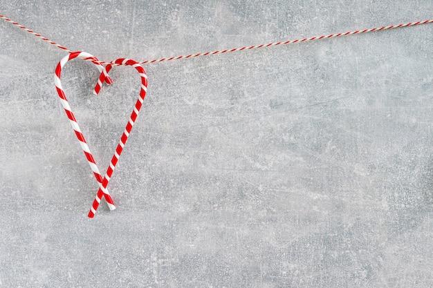 灰色の背景上のクリスマスの装飾。クリスマス休日。コピースペース。ミニマリズム。 Premium写真