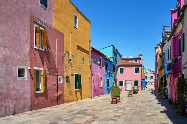 Бурано, венеция, италия. разноцветные дома. Premium Фотографии