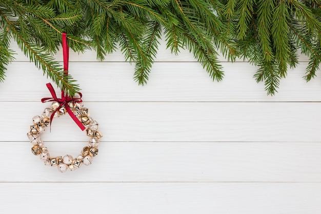クリスマスの背景。クリスマスツリー、白い木製の背景、クリスマスリース。コピースペース Premium写真
