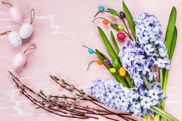 花と装飾的な卵のイースターの背景。トップビュー、コピースペース Premium写真