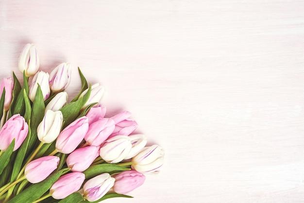 花瓶にピンクと白のチューリップ。 Premium写真