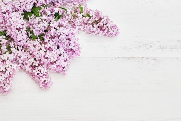 ピンクのライラックの枝、花の背景の花柄。フラット横たわっていた、上面図。 Premium写真