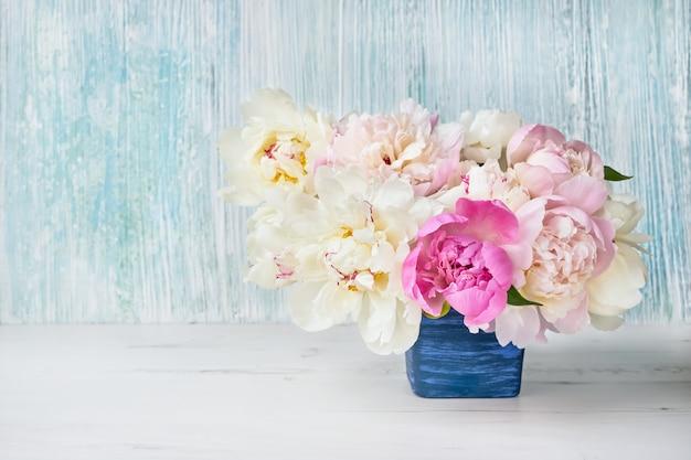 青い植木鉢に牡丹の花。 Premium写真
