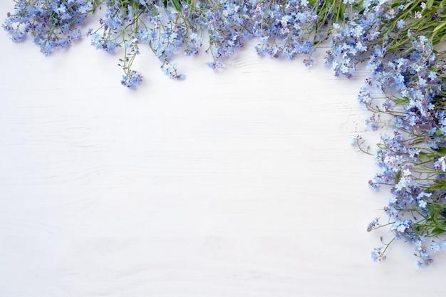 白い木製の背景に紫の花 Premium写真