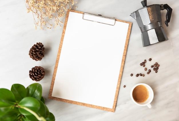 レストランでのコーヒーカップとメニュー紙モックアップ Premium写真