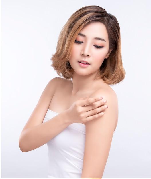 美しさ完璧な顔の肌を持つ若いアジア女性。広告治療スパと美容のためのジェスチャー。 Premium写真