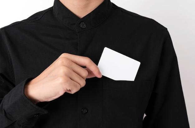 従業員は空白の名刺をポケットに入れます Premium写真