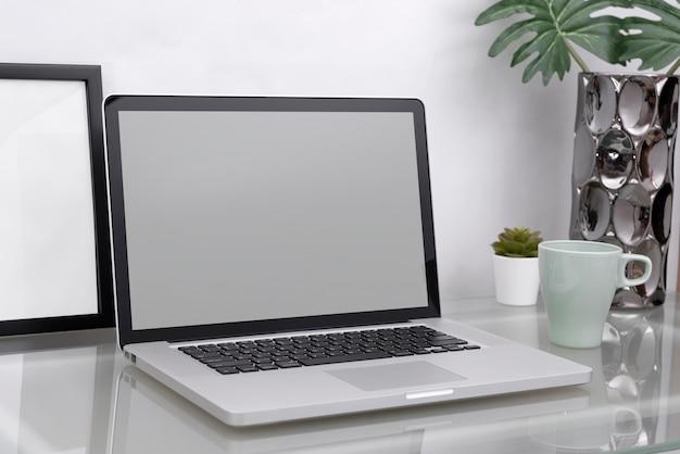 職場のモックアップのコンセプト。設備を備えたオフィス装飾デスクトップコンピューター。創造的なワークスペース。 Premium写真