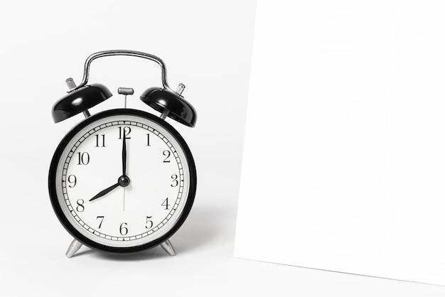白紙スパイラルカレンダーと時計テンプレート広告とブランド背景。 Premium写真