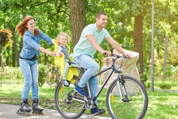 幸せな家族は公園で自転車に乗って Premium写真