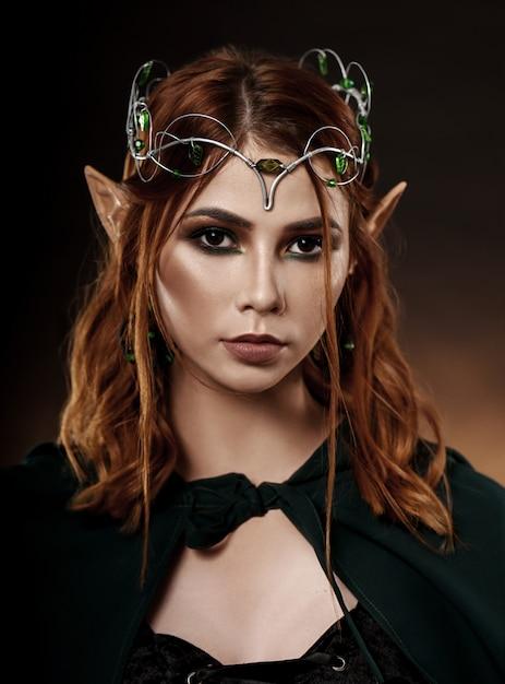 濃い緑色のマントで素晴らしい女性 Premium写真