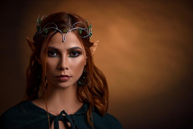 Урожай прекрасной принцессы в серебряной тиаре с изумрудами. Premium Фотографии