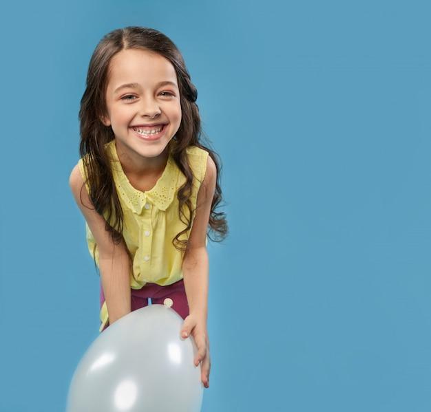 風船で遊んでリラックスできる素敵な女の子 Premium写真
