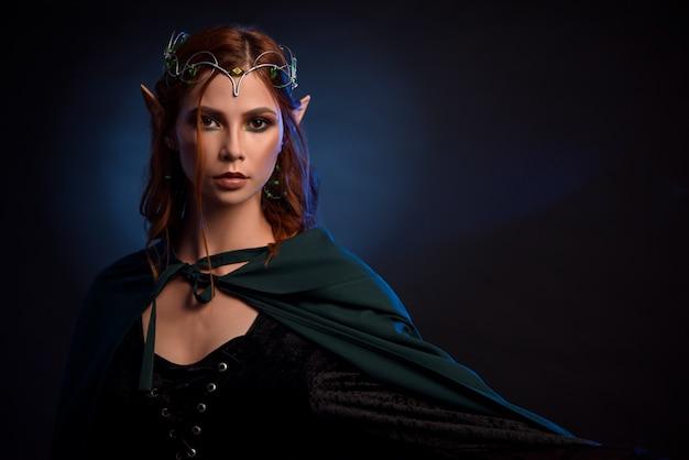 銀のティアラと赤い髪のエルフの魅力的な女王。 Premium写真
