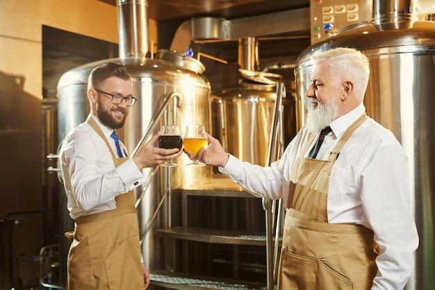 Эксперты осматривают пиво Premium Фотографии